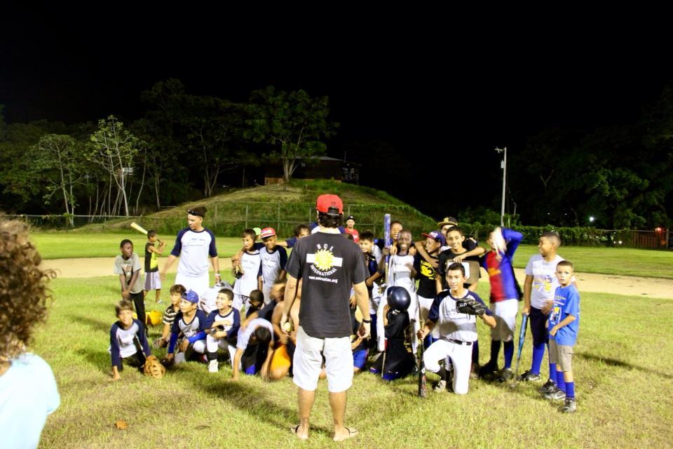 Baseball-in-Roatan-volunteer-coach-with-SOL-Foundation