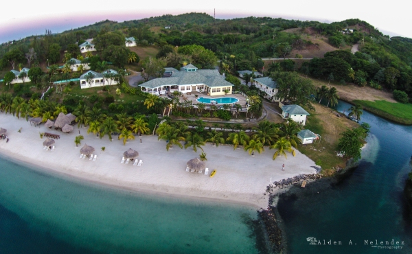 Turquoise Bay Resort sits on prime beachfront real estate in Roatan. Photo courtesy of Turquoise Bay.